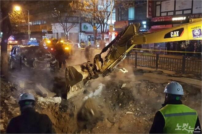 고양시 백석동 온수관 파열 사고와 관련해 한국지역난방공사가 긴급 복구반을 투입해 임시 복구작업을 벌이고 있다. (사진=고태현 기자)