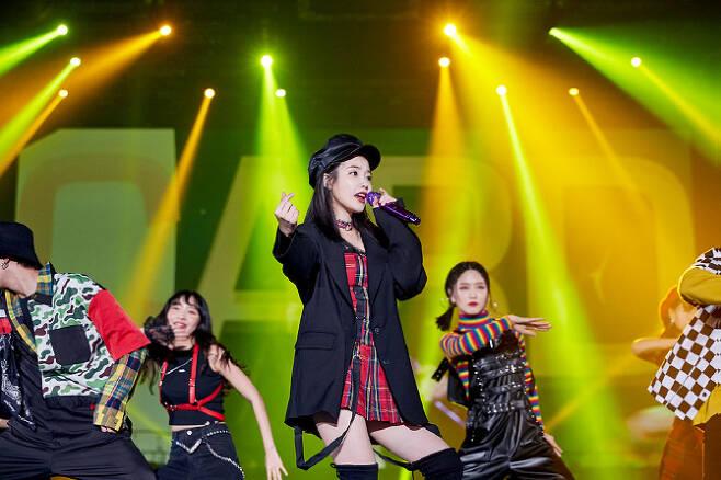 아이유의 '데뷔 10주년 투어콘서트-이 지금'의 한 장면(사진=카카오M)