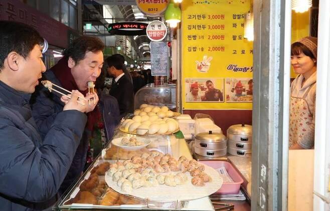 이낙연 국무총리가 지난 1일 서울 독산동 남문시장을 방문해 만두를 먹고 있다. 이낙연 총리 페이스북