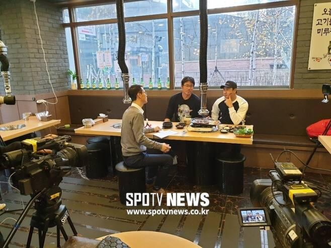 ▲ SK 박정권(가운데)과 김강민이 스포티비뉴스 이재국 기자와 인터뷰를 하고 있다.