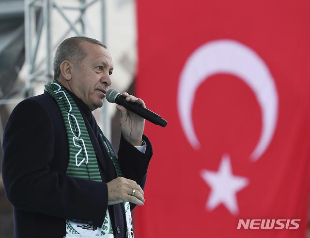 【코냐=AP/뉴시스】레제프 타이이프 에르도안 터키 대통령이 17일(현지시간) 코냐에서 열린 한 집회에서 발언하고 있다. 에르도안 대통령은 터키가 미국의 지원을 받는 시리아 쿠르드 민병대 인민수비대(YPG)를 공격하겠다고 밝힌 것에 대해 도널드 트럼프 미국 대통령으로부터 '긍정적인 답변'을 받았다고 밝혔다. 양국 정상은 지난 14일 전화통화를 한 바 있다. 2018.12.17.