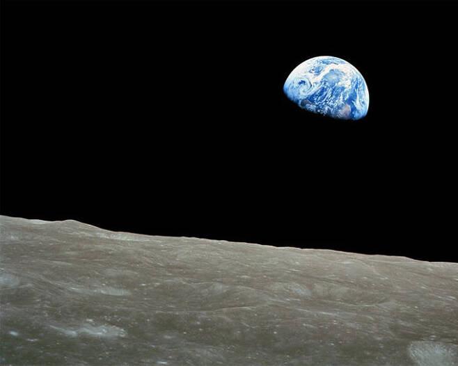 1968년 12월24일 아폴로8호가 찍은 '지구돋이(Earthrise)'. NASA