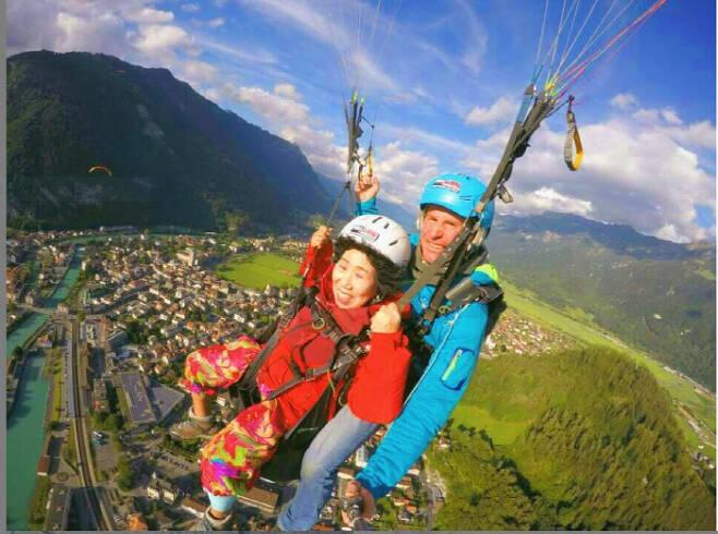 """72세 유튜브 크리에이터 박막례 할머니가 지난해 7월 스위스에서 패러글라이딩을 즐기고 있다. 할머니는 연신 """"너~무 좋아! 행복합니다""""라고 말했다. 박막례 인스타그램"""