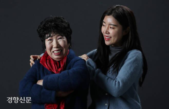 72세 유튜브 크리에이터 박막례 할머니와 할머니를 유튜브 스타로 발굴해낸 손녀 김유라씨(오른쪽)가 서울 정동 경향신문사에서 인터뷰하면서 다정하게 웃고 있다. 강윤중 기자 yaja@kyunghyang.com