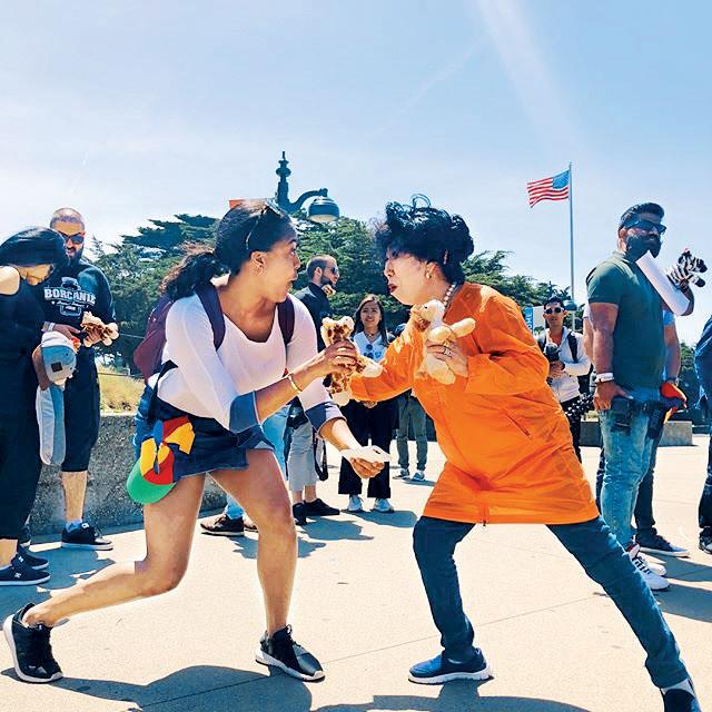 72세 유튜브 크리에이터 박막례 할머니(오른쪽)가 지난 5월 한국 대표로 구글 I/O에 참석해 한 외국인 여성 참가자와 장난스러운 포즈를 취하고 있다. 박막례 인스타그램