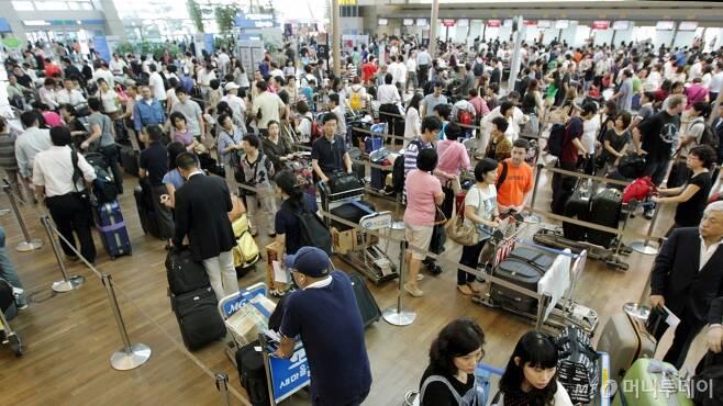 지난 추석 시즌, 인천공항을 찾은 해외여행객들이 수속을 밟기 위해 줄지어 서 있다. /사진=이동훈 기자
