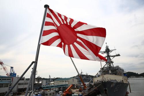 일본 해상자위대 함정이 욱일기를 게양한 채 항구에 정박하고 있다. 게티이미지