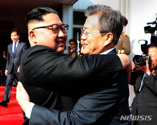 【서울=뉴시스】 문재인 대통령과 김정은 북한 국무위원장이 5월 26일 오후 판문점 북측 통일각에서 정상회담을 마친 후 헤어지며 포옹하고 있다. 2018.12.26.photo@newsis.com