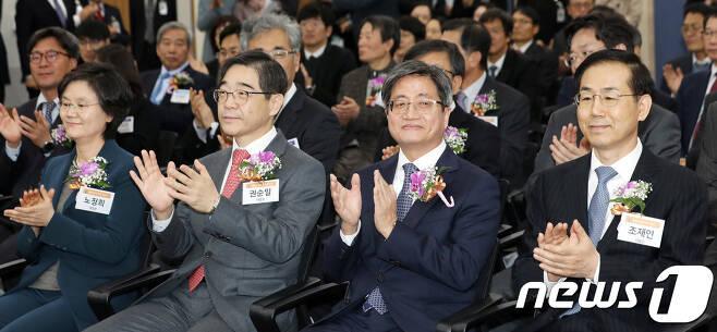 김명수 대법원장과 조재연 대법관(왼쪽 3,4번째). 2018.12.11/뉴스1 © News1 황기선 기자