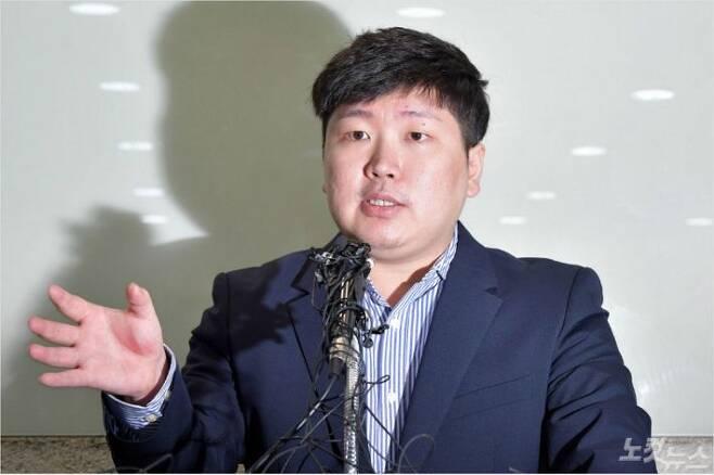 청와대가 KT&G 사장교체를 지시하는 등 부당한 압력을 가했다고 주장한 신재민 전 기획재정부 사무관이 지난 2일 오후 서울 강남구 한 사무실에서 기자회견을 하고 있다. 박종민 기자/자료사진
