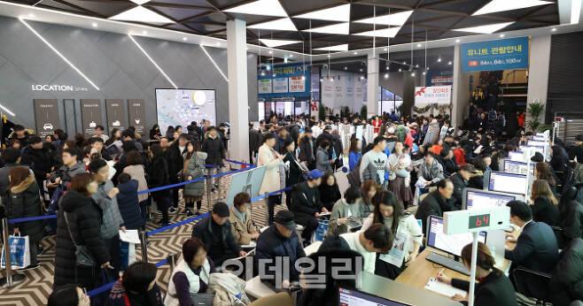 지난 12월 경기도 고양시 일산에서 공급한 '일산자이 3차' 아파트 모델하우스에 예비청약자들이 붐비고 있다.