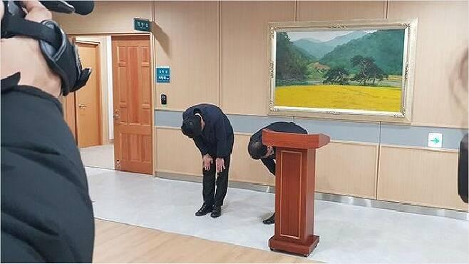 경북 예천군의회 이형식 의장과 박종철 부의장(왼쪽)이 지난 4일 군의회에서 사과문을 발표하고 고개 숙여 사과하고 있다. (사진=연합뉴스)