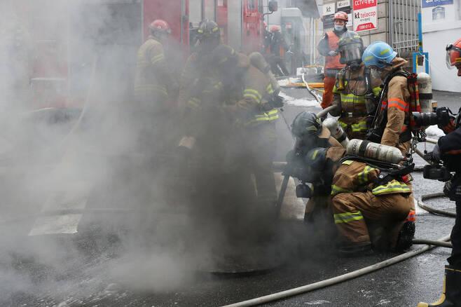 지난해 11월24일 낮 서울 서대문구 충정로3가 케이티(KT) 아현국사 통신구에서 화재가 발생해 소방관들이 진화작업을 하고 있다. 백소아 기자 thanks@hani.co.kr