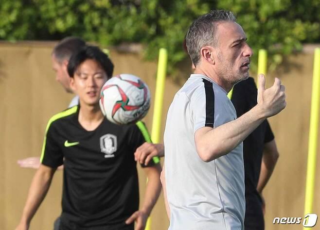 파울루 벤투 한국 축구대표팀 감독(오른쪽)과 이승우./뉴스1 DB © News1 신웅수 기자