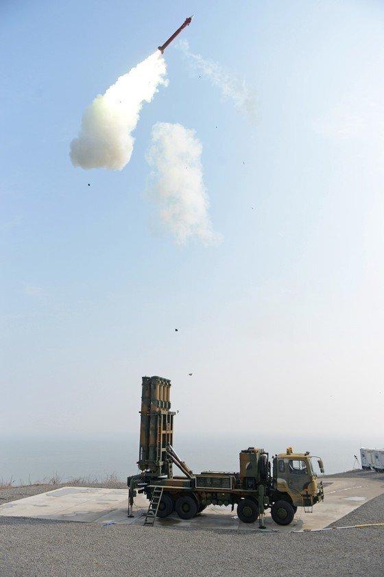 북한 미사일 요격을 위해 개발 중인 한국형미사일방어체계(KAMD)의 핵심인 중거리 지대공미사일(M-SAM·일명 철매Ⅱ) 시험발사. 군은 2020년까지 M-SAM 개발에 이어 장거리 지대공미사일(L-SAM)을 개발해 북한 미사일을 요격한다는 계획이다. [사진 방위사업청]