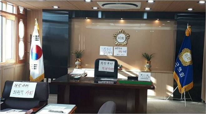 경북 예천군의회의 해외연수 추태 사건과 관련해 예천군민들이 의장실을 점거하고 의원 전원 사퇴를 요구하고 있다. (사진=예천군 농민회 제공)