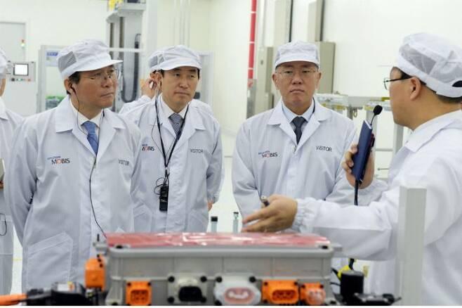 현대모비스 충주 수소 연료전지시스템 공장을 방문한 성윤모 산업통상자원부 장관(왼쪽첫번째), 정의선 현대자동차그룹 수석부회장(왼쪽 세번째)이 수소연료전지 및 관련 부품에 대한 설명을 듣고 있다.