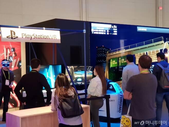 미국 라스베이거스 컨벤션센터에 있는 소니 부스의 모습. 소니 '플레이스테이션 VR' 게임을 체험하기 위해 관람객들이 대기하고 있다/사진=이정혁 기자