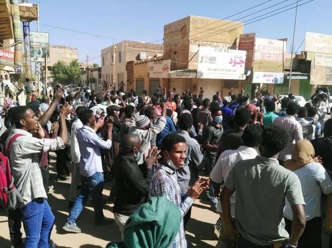 오마르 알 바시르 대통령 퇴진 시위를 하는 시위대의 모습/AFPBBNews=뉴스1