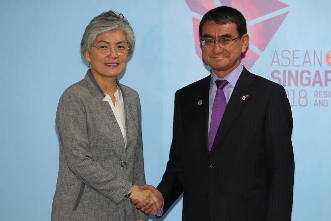 강경화 외교부 장관(왼쪽)과 고노 다로 일본 외무상. /사진=뉴시스