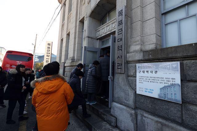 19일 관광객들이 전남 목포시 근대역사관으로 들어서고 있다. 손혜원 의원의 투기 의혹이 불거지고 난 첫 주말, 근대역사관 방문객 숫자는 5배 가량 늘었다. 목포=연합뉴스