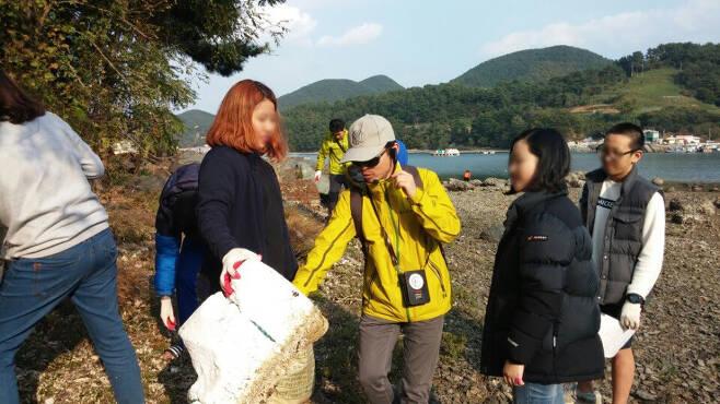 이종명 박사(가운데)가 대학생들과 바다쓰레기 조사하는 모습. /사진 제공=오션