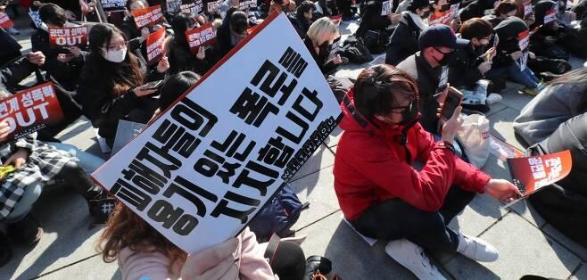 지난해 2월 25일 오후 서울 종로구 마로니에공원에서 열린 `연극·뮤지컬 관객 #withyou(위드유)'집회에서 참가자들이 구호를 외치고 있다. 백소아 기자 thanks@hani.co.kr