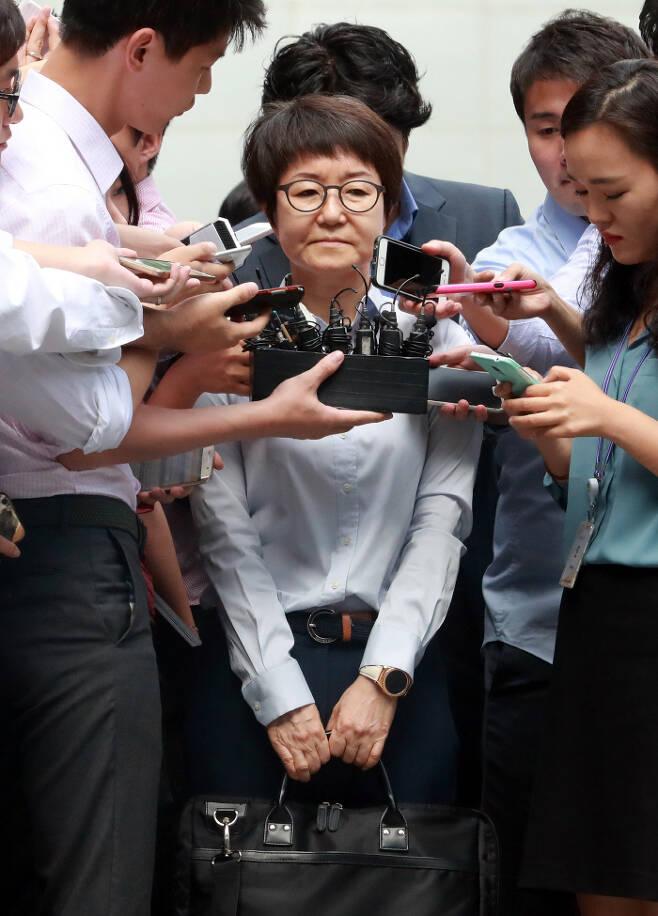 ▲ 2016년 8월22일, 구속되기 전 박수환씨(가운데)가 기자들의 질문을 받고 있는 모습. ⓒ연합뉴스