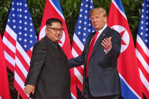 지난 2018년 6월 12일 싱가포르에서 정상회담에 앞서 기념촬영하는 트럼프 미국 대통령과 김정은 북한 국무위원장.(사진=연합뉴스)