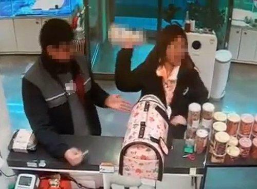 3개월 된 몰티즈 던진 분양인 [강릉 한 애견분양 가게 제공]