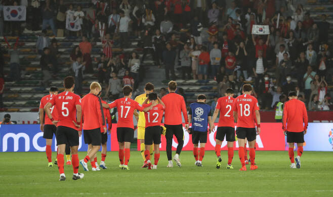 한국 선수들이 지난달 25일 오후(현지시간) 아랍에미리트 아부다비 자예드 스포츠시티 스타디움에서 열린 2019 아시아축구연맹(AFC)아시안컵 8강전 카타르와의 경기에서 패한 뒤 허탈한 표정을 짓고 있다. 연합뉴스