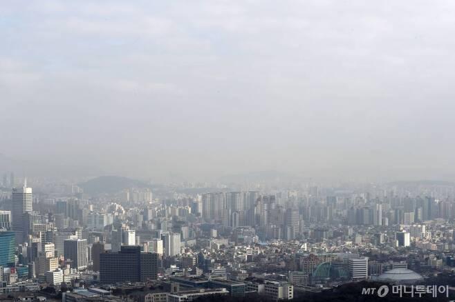 설 연휴 마지막 날인 지난 6일 서울 중구 남산에서 바라본 도심의 미세먼지 농도가 나쁨 수준을 보이고 있다. /사진=이기범 기자
