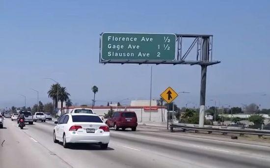 미국의 도로표지판은 '마일'로 거리가 표기돼 있습니다. [사진=유튜브 화면캡처]