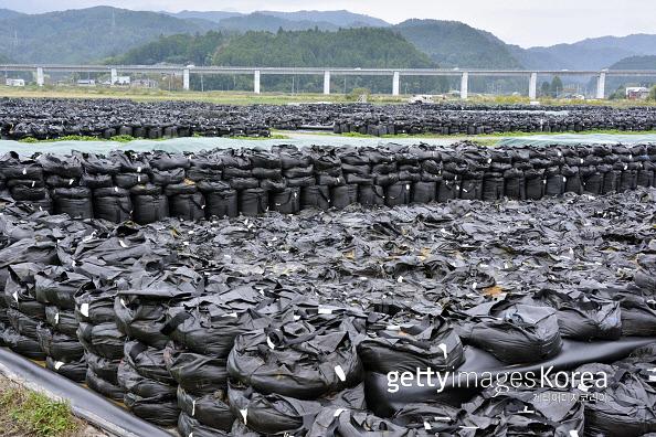 지난 2017년 10월 일본 후쿠시마현 나라하라정에 2011년 후쿠시마 제1원전 폭발사고 이후 나온 오염토를 담은 검정색 자루들이 쌓여 있다. 게티이미지코리아