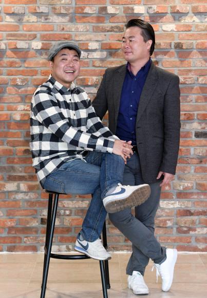 김길용(오른쪽) 와이즈발레단 단장과 김길태 탭꾼탭댄스컴퍼니 대표 형제