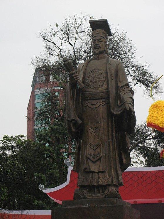 베트남 하노이에 있는 리타이또(리 왕조 태조) 황제 동상. [위키피디아]