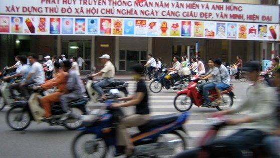 베트남 하노이 거리에 오토바이가 달리고 있다. [플리커]