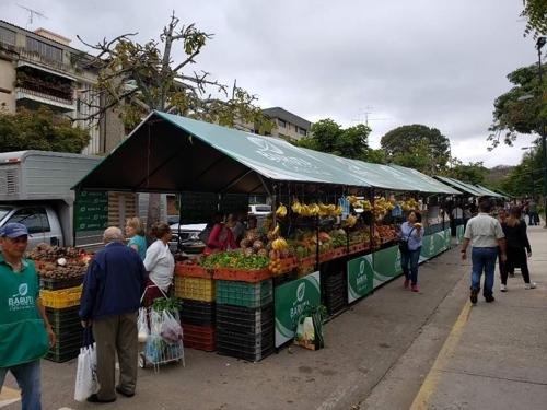 카라카스 중산층 거주 지역인 쿰부레쿠루모에 있는 한 시장 전경. 각종 과일과 야채가 즐비하다. [연합뉴스]