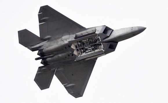 2017년 10월 경기도 성남시 서울공항에서 열린 서울 국제 항공우주 및 방위산업전시회(SEoul ADEX) 언론 사전 공개 행사에서 미국 공군 F-22 랩터가 시범 비행을 하고 있다. 세계 최강의 전투기를 단기간에 아무런 노력 없이 개발할 방법은 없다. 첫 시작은 미약할 수 있으나 조급증 때문에 자체 기술개발을 멈춰선 안 된다. 손형준 기자 boltagoo@seoul.co.kr