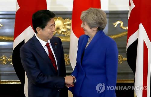 테리사 메이 영국 총리(오른쪽)와 아베 신조 일본 총리가 지난 2017년 8월 일본 도쿄 영빈관에서 정상회담을 하기 전 악수를 나누는 모습. [EPA=연합뉴스 자료사진]