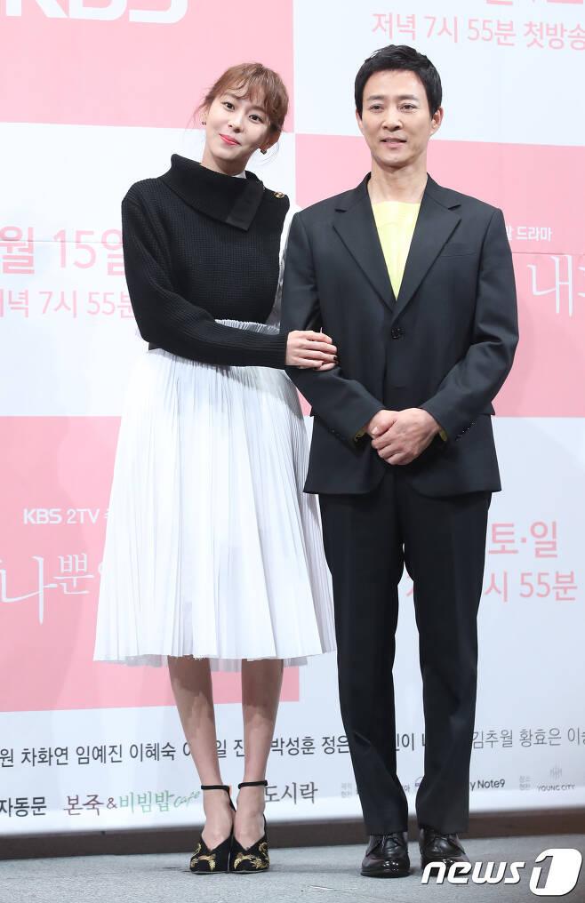 배우 최수종, 유이(왼쪽) © News1