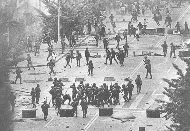 80년 5·18 당시 공수부대 특전사 등 계엄군들이 광주시민들에게 폭력을 휘두르고 있다.