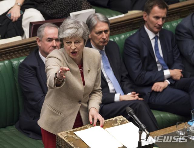 【런던=AP/뉴시스】테리사 메이 영국 총리가 29일(현지시간) 런던 국회의사당에서 하원 의원들에게 발언하고 있다. 이날 하원은 브렉시트를 4월12일에서 5월22일로 연기시키는 안을 포함한 탈퇴협정 표결을 부결시켰다. 2019.03.30.