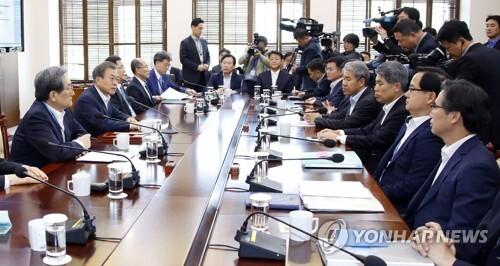 (서울=연합뉴스) 배재만 기자 = 문재인 대통령이 15일 오후 청와대 여민관에서 열린 수석·보좌관 회의에서 발언하고 있다.