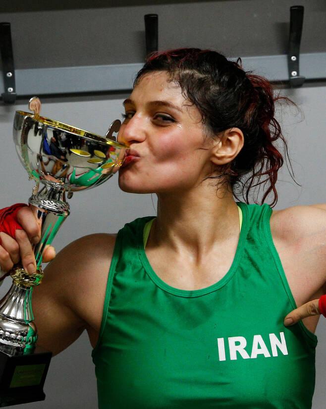 이란 복서 사다프 카뎀이 지난 13일(현지시간) 프랑스 로얀에서 열린 경기에서 승리한 후 트로피에 입맞춤하고 있다. 로얀 | 로이터연합뉴스