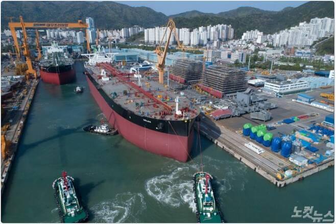 1도크에서 건조중인 VLCC 4척 중 2척이 진수되고 있다.(사진=대우조선해양 제공)