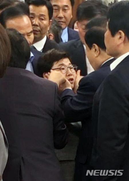 【서울=뉴시스】 문희상 국회의장이 패스트트랙 철회를 요구하며 24일 오전 서울 영등포구 여의도 국회의장실을 항의방문한 자유한국당 의원들과 이야기를 나누다 다른 일정으로 의장실을 나가려던 중 임이자 의원의 얼굴을 만지고 있다. 2019.04.24.(사진=송희경 의원실 제공) since1999@newsis.com