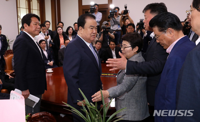 【서울=뉴시스】 박영태 기자 = 문희상 국회의장이 패스트트랙 철회를 요구하며 24일 오전 서울 영등포구 여의도 국회의장실을 항의방문한 자유한국당 의원들과 이야기를 나누다 다른 일정으로 의장실을 나가려 하자 김명연 의원 등 자유한국당 의원들이 막아서고 있다. 2019.04.24. since1999@newsis.com