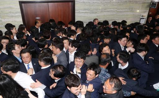 문희상 의장이 패스스트랙 법안 접수를 위해 국회 의안과에 경호권을 발동한 가운데 25일 오후 서울 여의도 국회 본청 의안과 앞에서 자유한국당 의원들을 비롯한 당직자들과 국회 직원들이 몸싸움을 하고 있다.