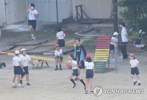 지난 2016년 일본의 한 초등학교에서 학생들이 체육 활동을 하는 모습 [연합뉴스 자료사진]
